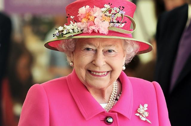 Королева Елизавета II впервые в истории надела перчатки на официальной встрече из-за эпидемии коронавируса (ФОТО)