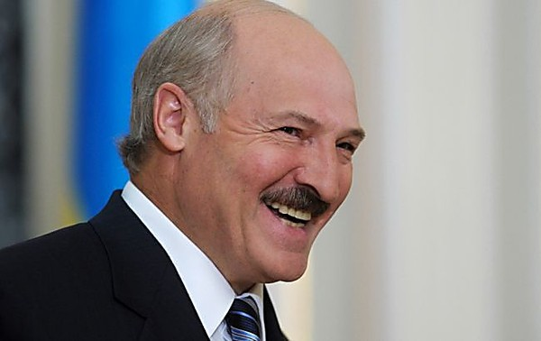 Президент Беларуси предложил травить коронавирус сухой сауной и крепкой водкой