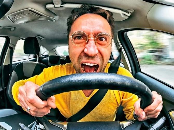 Ученые выявили связь между стоимостью авто и агрессией водителя