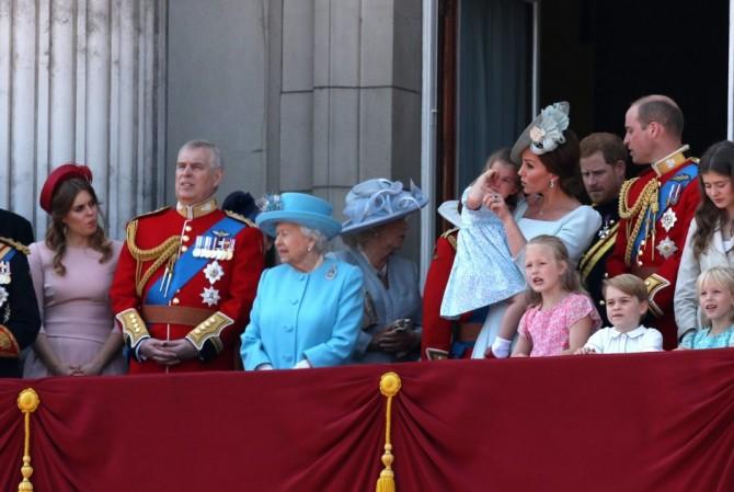 Принц Эндрю так хотел впечатлить молодую модель, что позволил ей посидеть на троне Елизаветы II