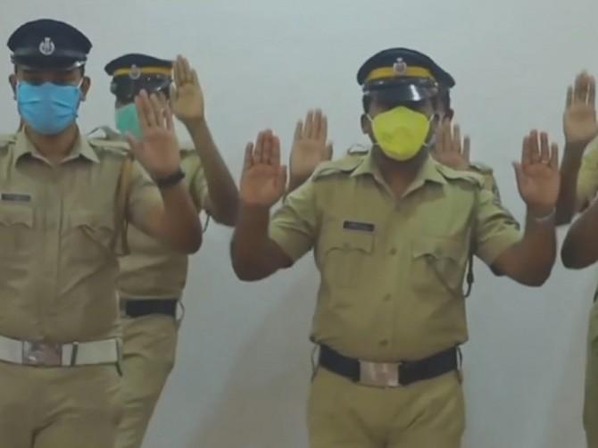 Полицейские Индии с помощью танцев показали, как нужно мыть руки при коронавирусе (ВИДЕО)