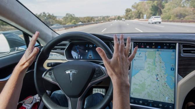 Автомобили Tesla научили останавливаться на светофорах
