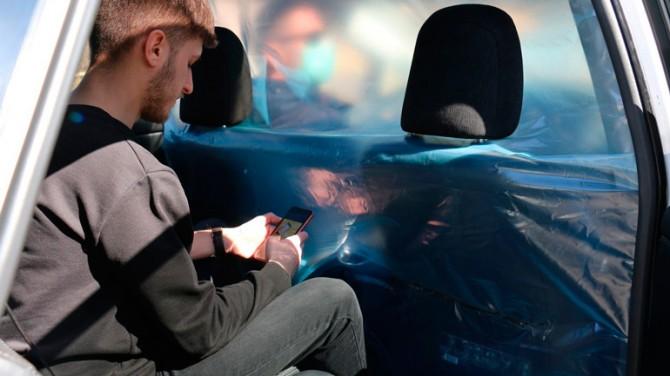 В Вильнюсе заработало такси с изолированным от водителя пассажирским салоном