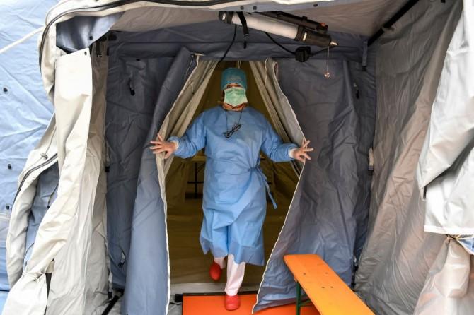 В украинских больницах развернули палатки для сортировки зараженных коронавирусом