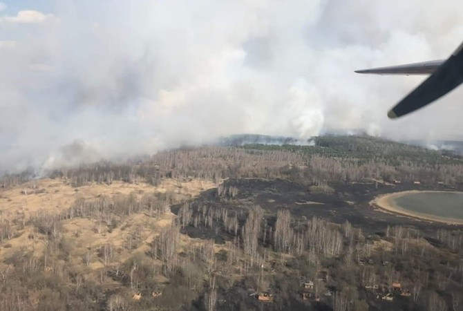 В зоне ЧАЭС третьи сутки тушат лес