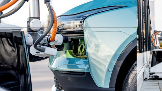 Робот Aiways Carl представил автономную зарядку электрокара
