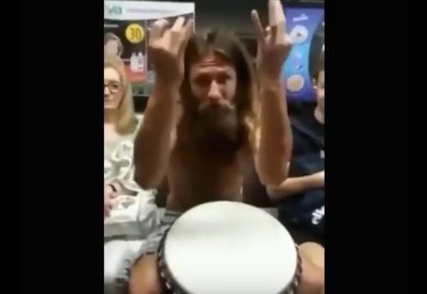 Киевлянин в честь открытия метро снял с себя одежду и сыграл на барабане (ВИДЕО)