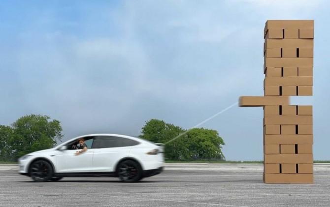 Американец показал, как играет в Дженгу на Tesla Model X (ВИДЕО)