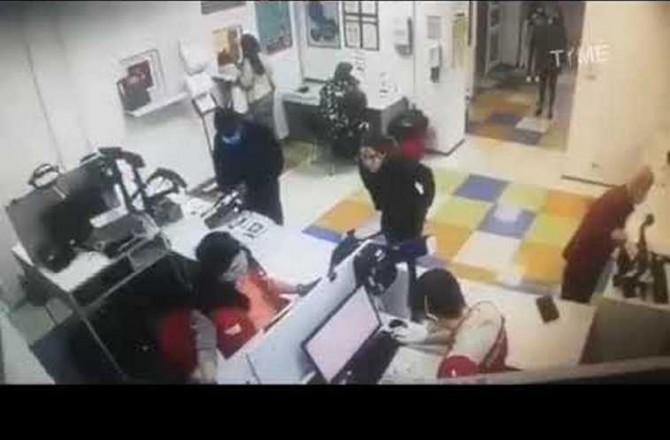 Девушка получая посылку на почте вместо маски натянула на лицо трусы (ВИДЕО)