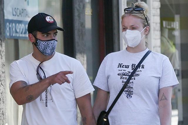 Беременная Софи Тернер с мужем Джо Джонасом на прогулке в Лос-Анджелесе