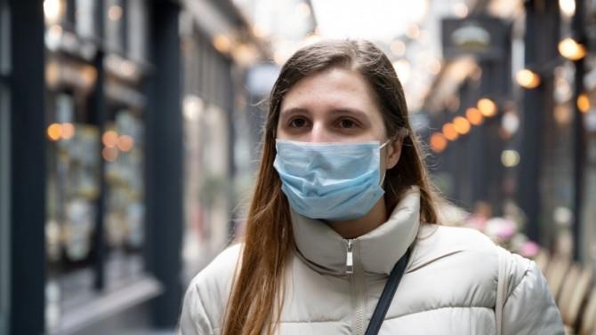 Израильский врач Лурье объяснил бесполезность ношения масок на улице