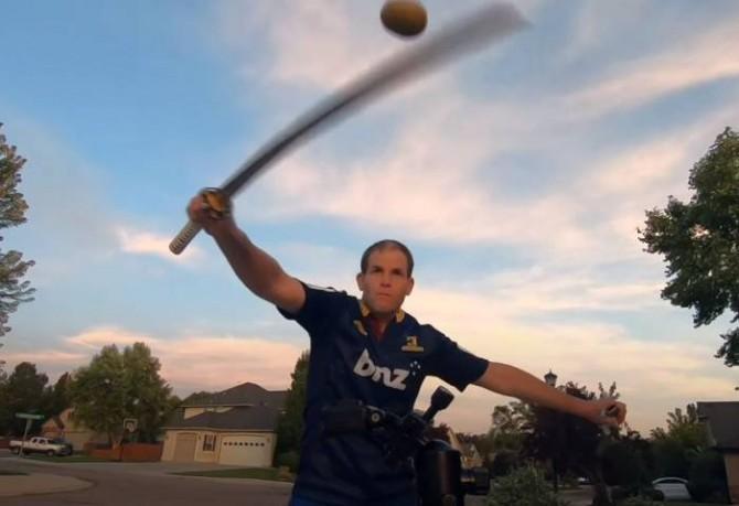 Житель США разрезал самурайским мечом 65 киви за минуту (ВИДЕО)