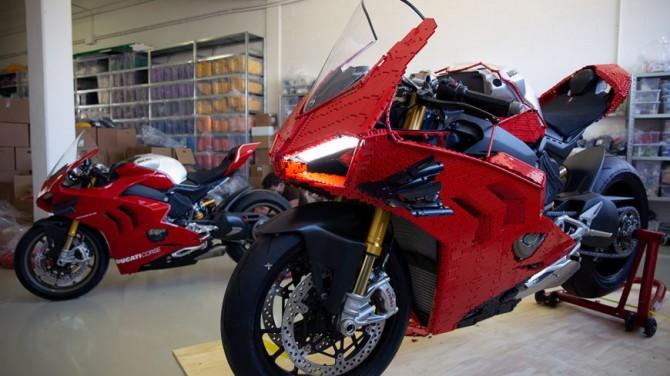 Итальянский художник собрал из конструктора LEGO мотоцикл Ducati (ВИДЕО)