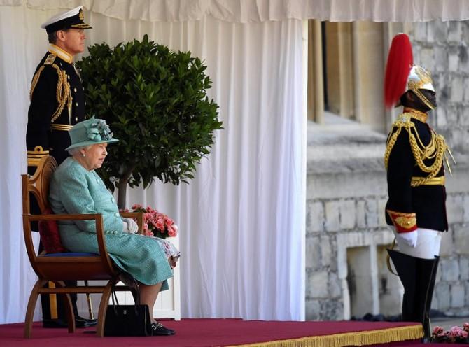 Почему никому нельзя касаться сумки Елизаветы II