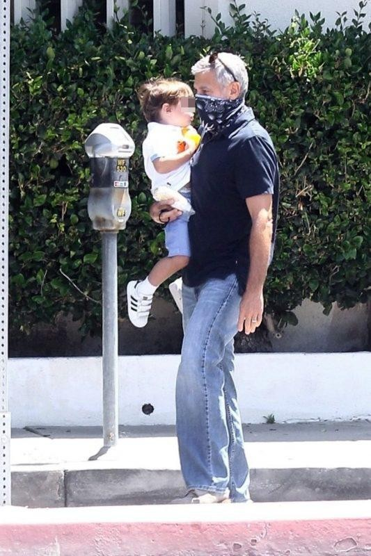 Джордж Клуни нежно носит подросшего сына на руках