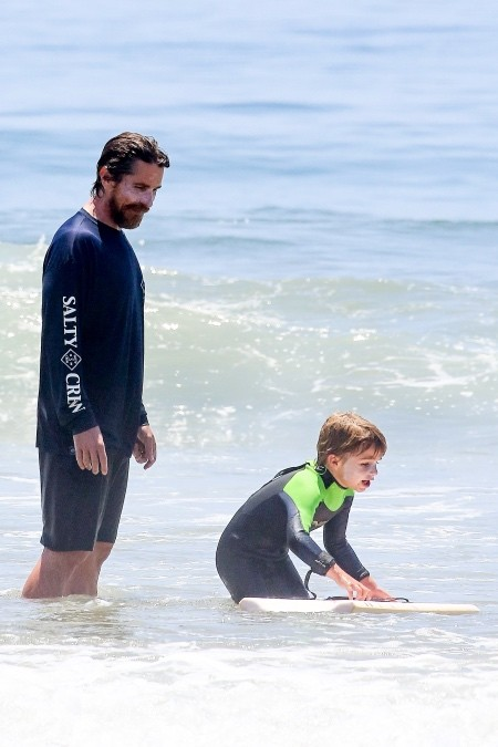 Кристиан Бейл проводит время на пляже с семьей