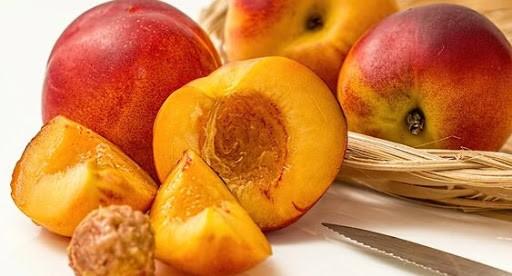 Биолог перечислил болезни, при которых помогают персики