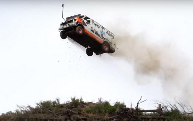 В сеть попало видео, как жители Аляски спускают автомобили со скалы