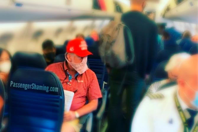 Девушка в самолете использовала трусы в качестве защитной маски (ФОТО)