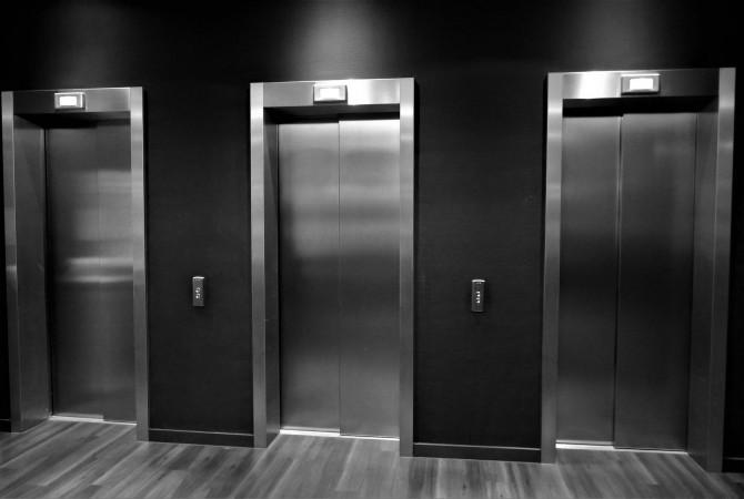 Китаянка проехалась в лифте и заразила коронавирусом более 70 человек
