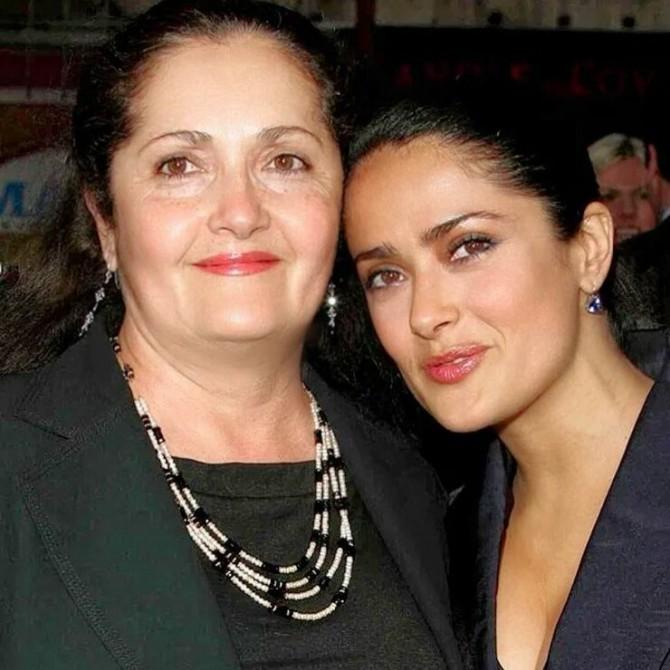 Сальма Хайек впервые выложила снимок вместе с мамой
