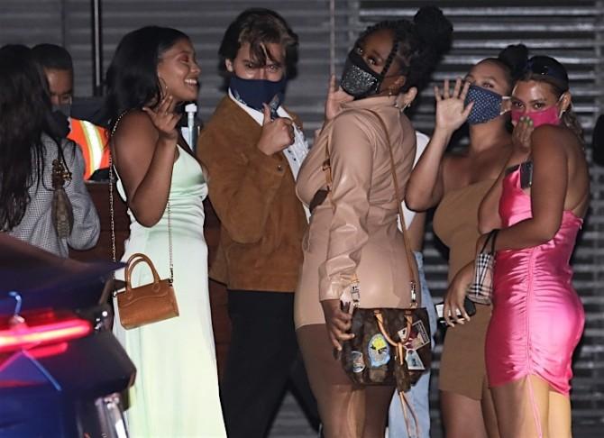Коул Спроус проводит время в компании сразу нескольких девушек