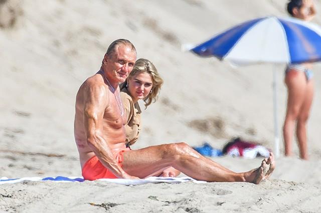 Дольф Лундгрен с невестой Эммой Крокдал на пляже в Малибу