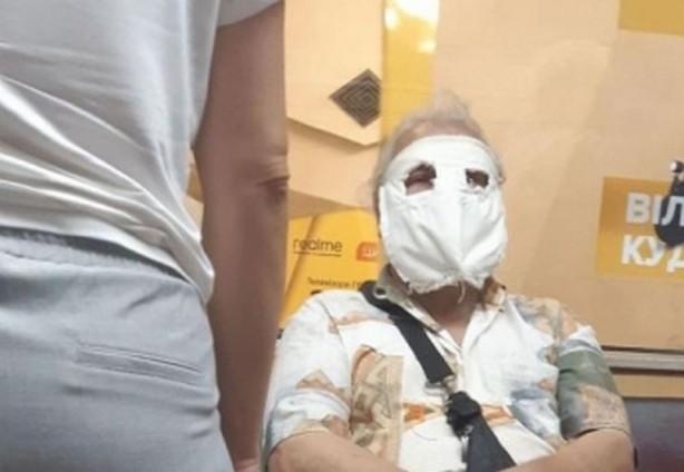 В Харькове мужчина ездит в общественном транспорте в странной маске