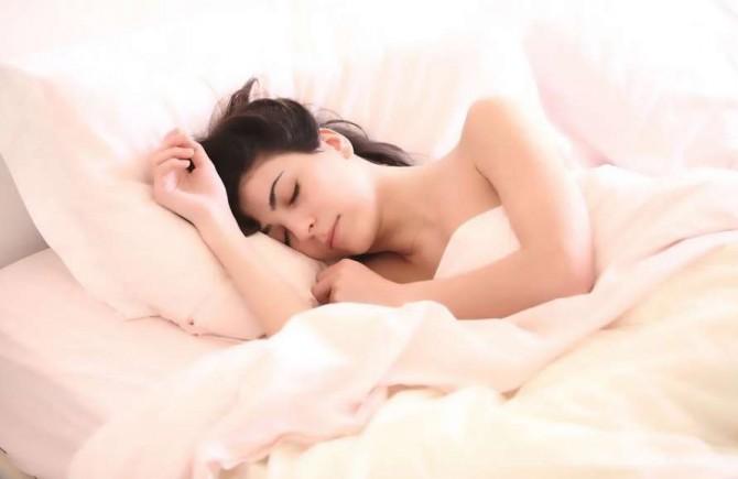 Немецкие медики объяснили, как поза во сне влияет на здоровье человека