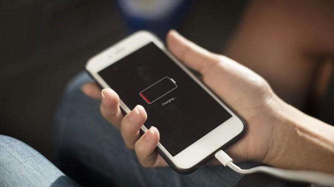 Почему опасно оставлять зарядное устройство в розетке