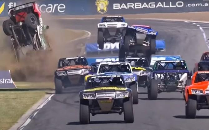 Лучшие моменты безумных гонок Stadium Super Trucks (ВИДЕО)