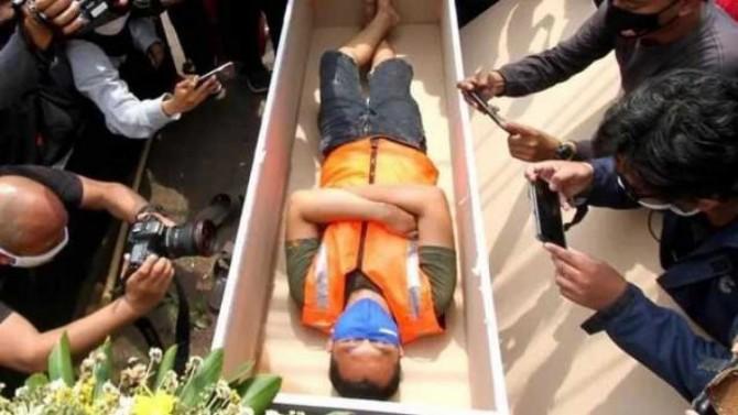 В Индонезии нарушителей масочного режима уложили в гробы