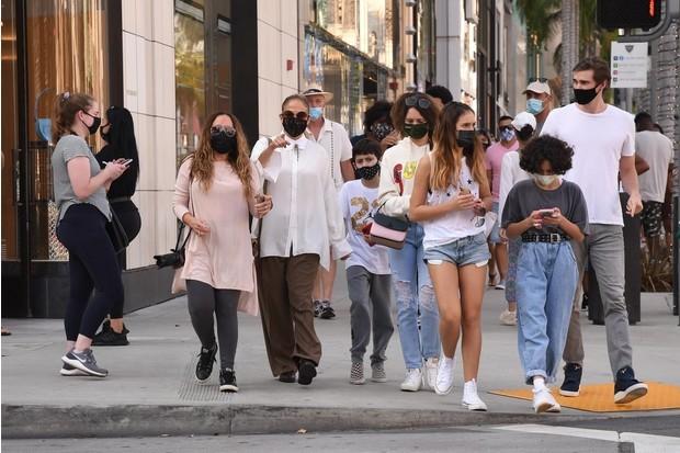 Дженнифер Лопес была замечена на шопинге в компании собственных детей