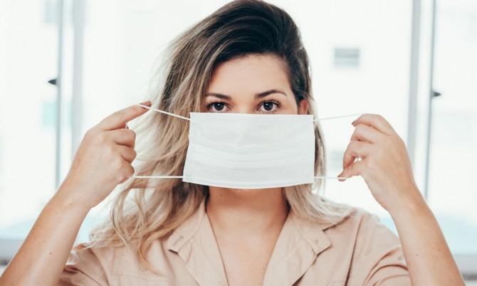 Дерматолог рассказала, как защитные маски вредят коже лица