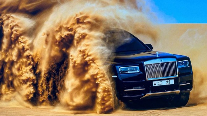 Роскошный Rolls-Roys Cullinan покоряет арабскую пустыню (ВИДЕО)
