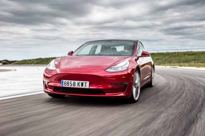 Владелица Tesla перехитрила автоугонщиков и спасла свой автомобиль