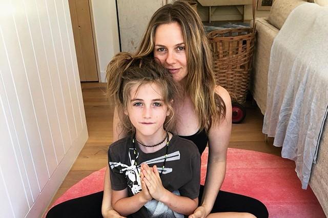 Алисия Сильверстоун едва не заплакала, когда ее 9-летний сын отстриг свои длинные волосы