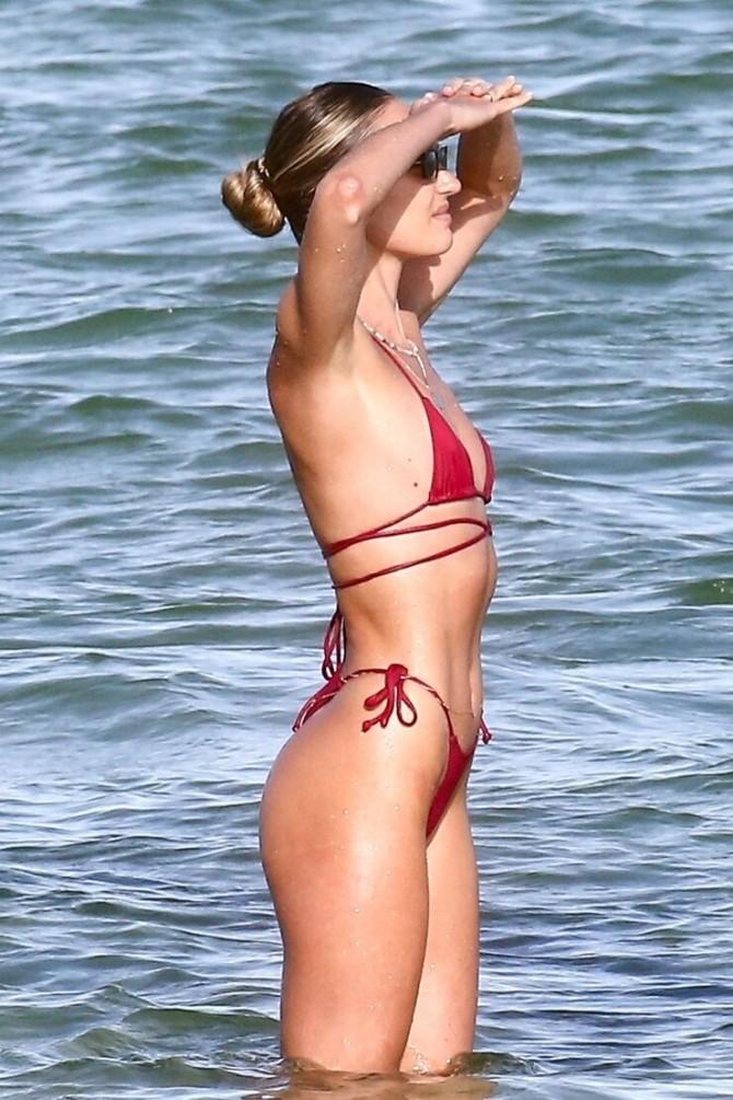 32-летняя Кэндис Свейнпол выбрала самое крохотное бикини, чтобы продемонстрировать фигуру во всей красе