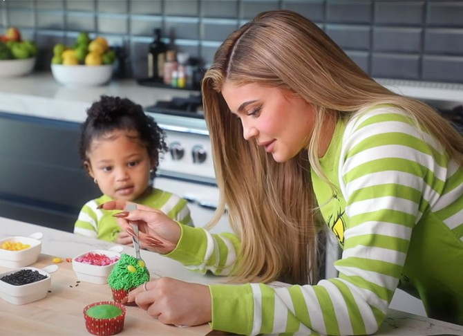 Кайли Дженнер и ее дочь Сторми учат готовить новогодние капкейки (ВИДЕО)