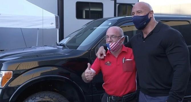 Дуэйн «Скала» Джонсон подарил другу грузовик за $30 тыс.