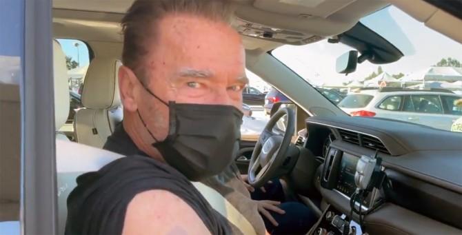 Арнольд Шварценеггер привился от коронавируса прямо в авто