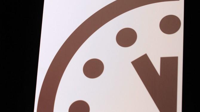 Часы Судного Дня остановились за 100 секунд до полуночи