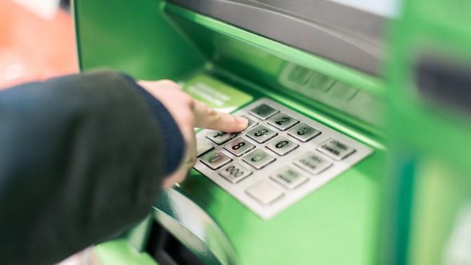 Пенсионеров в Украине принудительно переведут на банковские карты