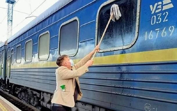 Иностранец не выдержал грязи украинских поездов и сам помыл вагон
