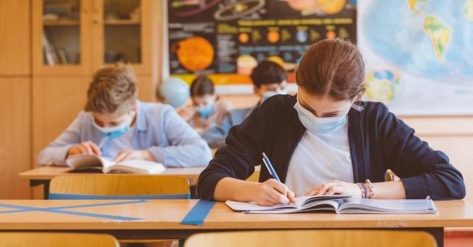 Учебу в украинских школах могут продлить до 30 июня