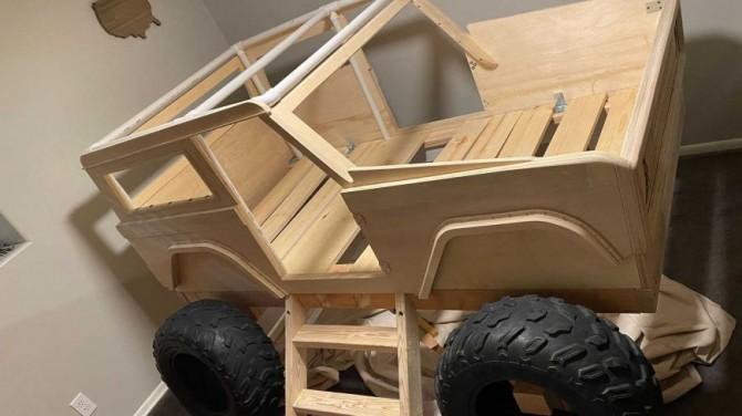 Отец сделал ребенку кровать в виде внедорожника Ford Bronco