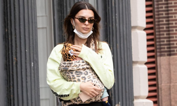 Эмили Ратаковски на прогулке с новорождённым сыном