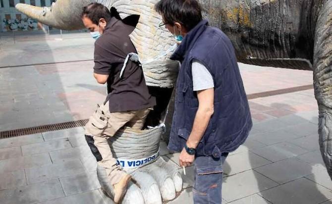 В Испании мертвого мужчину обнаружили в статуе динозавра