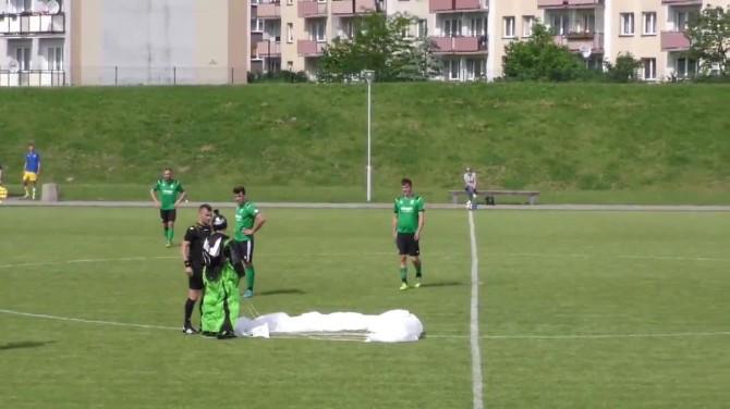 Парашютист прервал футбольный матч в Польше, приземлившись на поле (ВИДЕО)