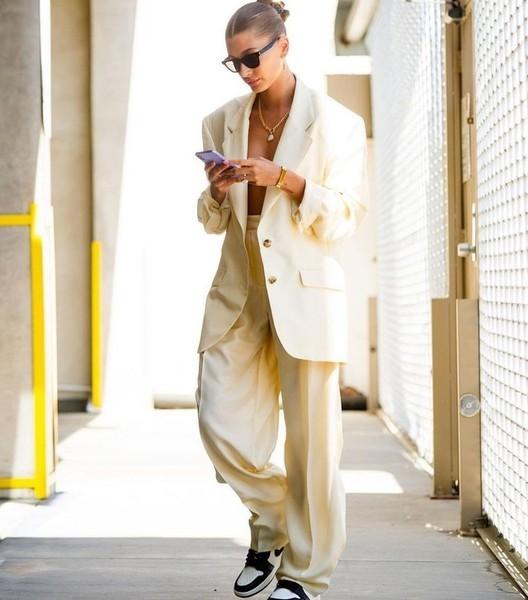 Хейли Бибер вышла в свет белом костюме на голое тело